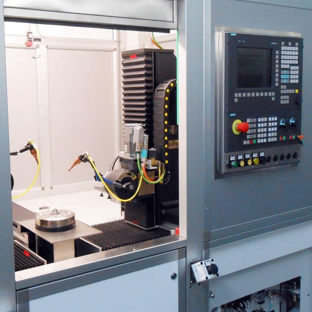 CNC-Laserschweißzentrum mit Drehtisch und 2 gegenüberliegenden dreiachsigen Modulen zur Positionierung der Fokussieroptik im Raum